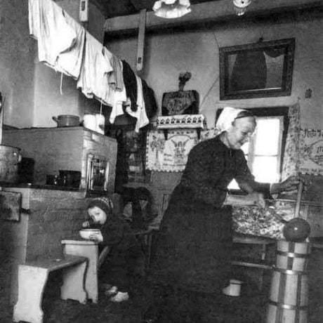Stĺkanie masla v mútovníku. Liptov, 1. pol. 20. storočia. Prevzaté z R. Stoličná a ďalší autori: Slovensko - Európske kontexty, Bratislava 2000, 108. Foto: M. Martinček.