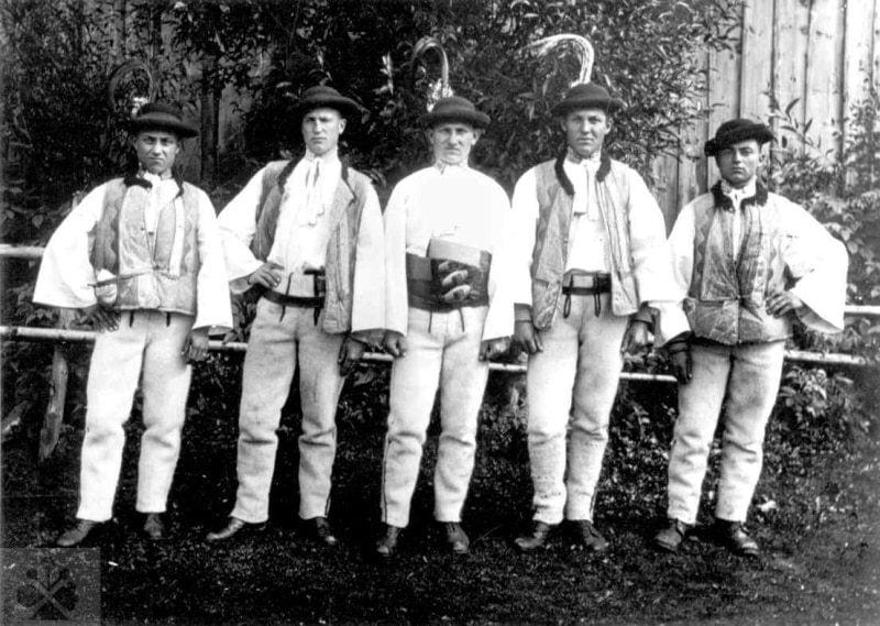 Mládenci z Važca (okr. Liptovský Mikuláš), 1. polovica 20. storočia. Archív negatívov Ústavu etnológie SAV v Bratislave