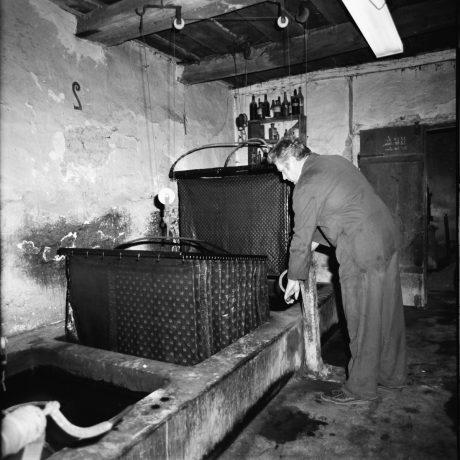 Modrotlačiar Stanislav Trnka pri výrobe modrotlače v Púchove. Foto: Emília Nováková, 1972