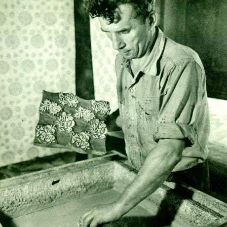 Modrotlačiar J. Šujanský pri príprave roztoku pred predtláčaním. Družstvo Kroj. Petržalka (Bratislava)