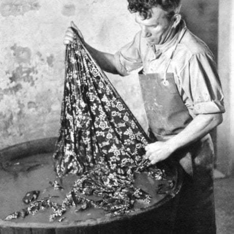 Modrotlačiar J. Šujanský pri praní zafarbeného plátna v roztoku kyseliny sírovej. Družstvo Kroj. Petržalka (Bratislava)