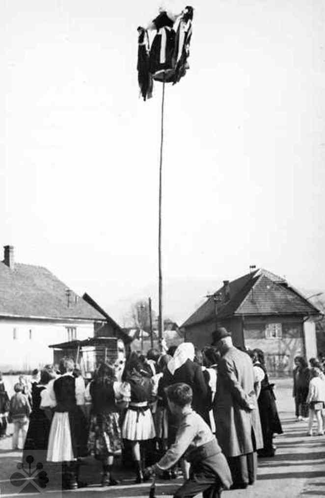 Vynášanie Moreny. Veličná (okr. Dolný Kubín), 1974. Archív negatívov Ústavu etnológie SAV v Bratislave. Foto: E. Siegelová