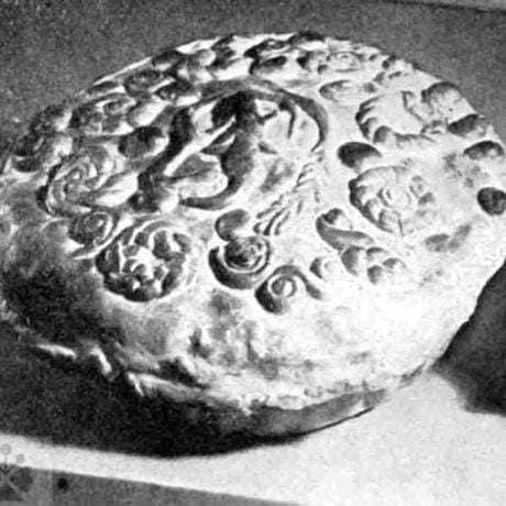 Smútočný koláč mrváň. Dobrá Niva (okr. Zvolen) 1. polovica 20. storočia. Prevzaté z: Slovenská vlastiveda. Duchovná kultúra slovenského ľudu. Bratislava 1943