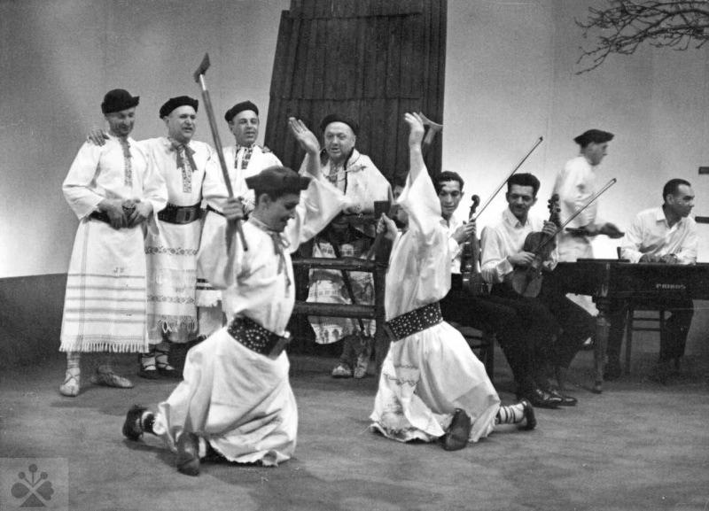 Tanec redik. Folklórny súbor z Kokavy nad Rimavicou (okr. Poltár). Vedecký archív ÚEt SAV, foto T. Szabó.