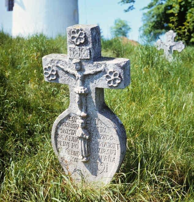 Kamenný náhrobník. Dechtice (okr. Trnava), 18. storočie. Archív diapozitívov Ústavu etnológie SAV. Foto Ján Botík.