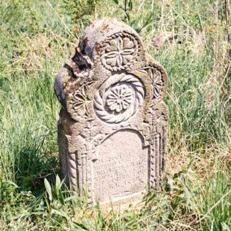 Kamenný náhrobník. Dolný Tisovník  (okr. Zvolen)