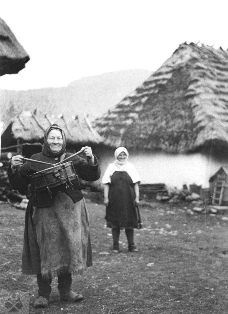 Žena vo funkcii miestneho bubeníka. Turie Pole (okr. Zvolen), 1958. Archív negatívov Ústavu etnológie SAV v Bratislave. Foto: S. Kovačevičová