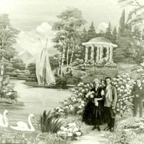 Svadobná fotografia s maľovaným pozadím romantickej krajiny. Láb (okr. Malacky), 1978. Archív negatívov Ústavu etnológie SAV, Bratislava. Foto O. Danglová