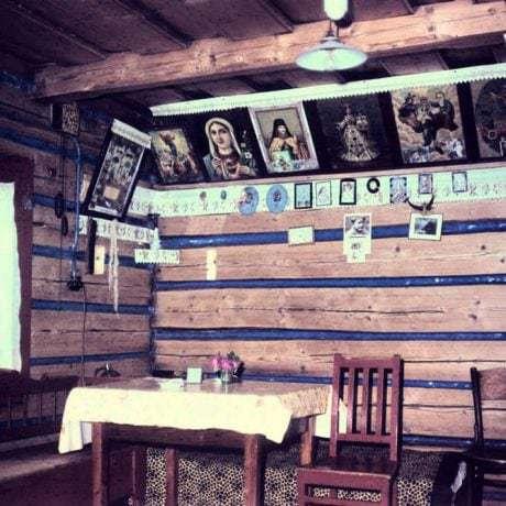 Obrazy v interiéri izby. Liptovská Teplička (okr. Poprad), 1972. Archív diapozitívov Ústavu etnológie SAV. Foto: Ján Botík
