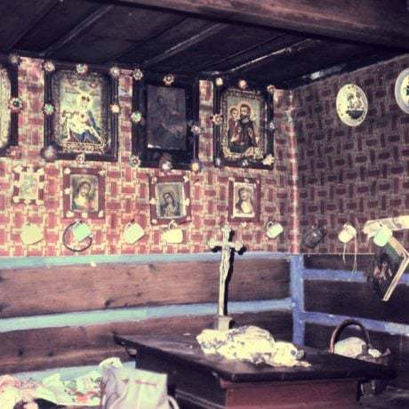Obrazy v kultovom kúte izby. Osturňa (okr. Kežmarok), 1972. Archív diapozitívov Ústavu etnológie SAV. Foto J. Ušak