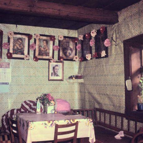 Obrazy v kultovom kúte izby. Osturňa (okr. Kežmarok), 1972. Archív diapozitívov Ústavu etnológie SAV. Foto J. Ušak.