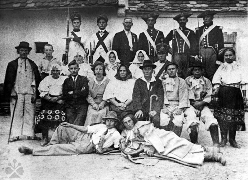 Ochotníci z Borského Mikuláša (okr. Senica), 1925. Archív negatívov Ústavu etnológie SAV, reprodukcia.