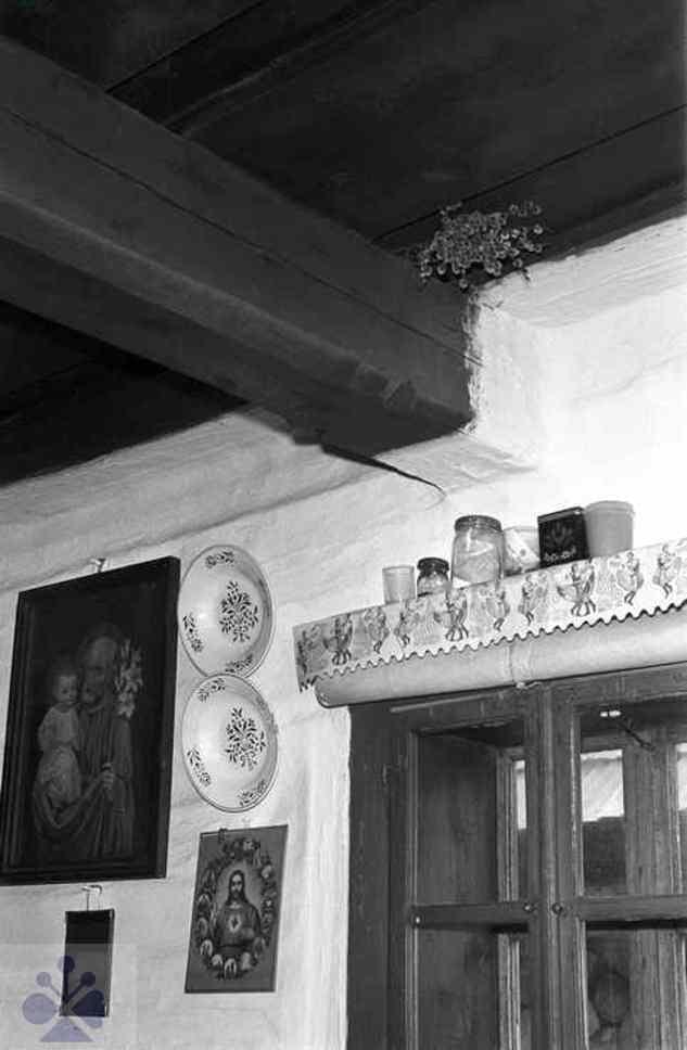 Posvätené bahniatka zastrčené za stropnou hradou v izbe na ochranu domu. Liptovská Teplička (okr. Poprad), 1971. Archív negatívov Ústavu etnológie SAV v Bratislave. Foto: N. Tomanová