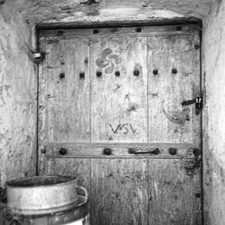 Svastika na maštaľných dverách. Litava (okr. Zvolen)