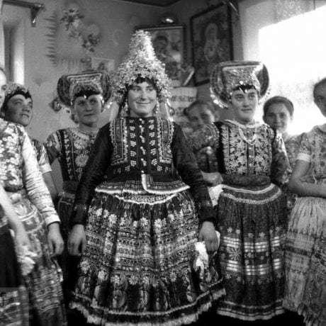 Odev mladuchy, Starý Tekov, okr. Levice, 1958. Foto F. Hideg, Archív negatívov Ústavu etnológie SAV v Bratislave