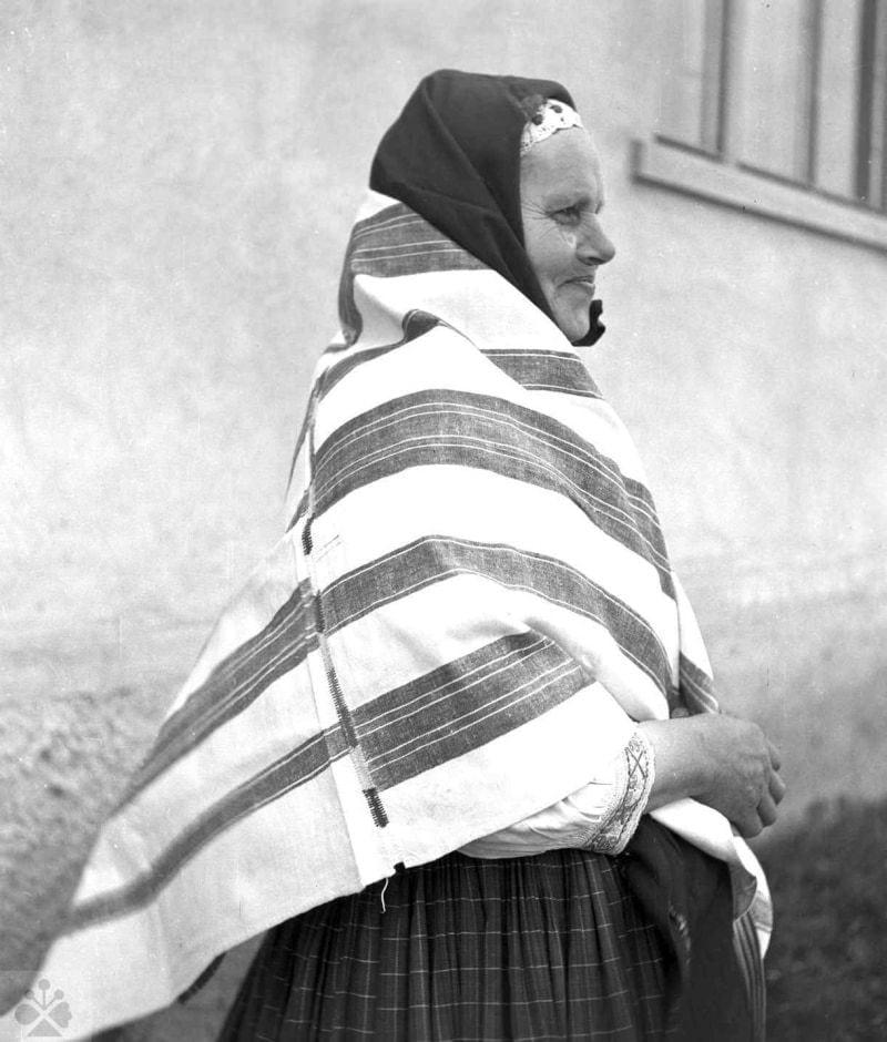 Žena zahalená v odevnej plachte, Tichý Potok, okr. Sabinov 1959. Foto: F. Hideg, Archív negatívov Ústavu etnológie SAV v Bratislave