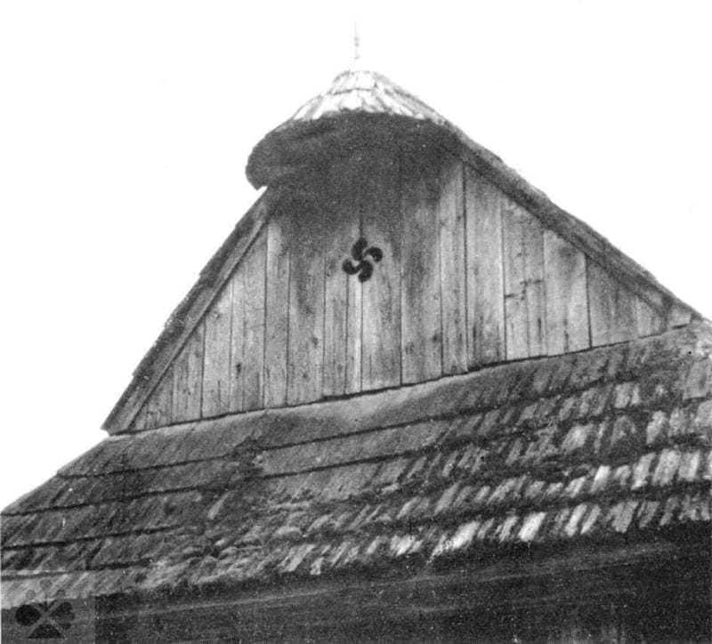Ochranný symbol ohňa v štíte domu. Bacúch (okr. Brezno), 1964. Prevzaté z Horváthová, E.: Rodinné zvyky. In: Mjartan, J. Ed.: Horehronie. Bratislava 1974, 254