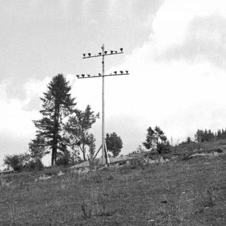 Kríž na kopci za dedinou so zvyškami fakieľ