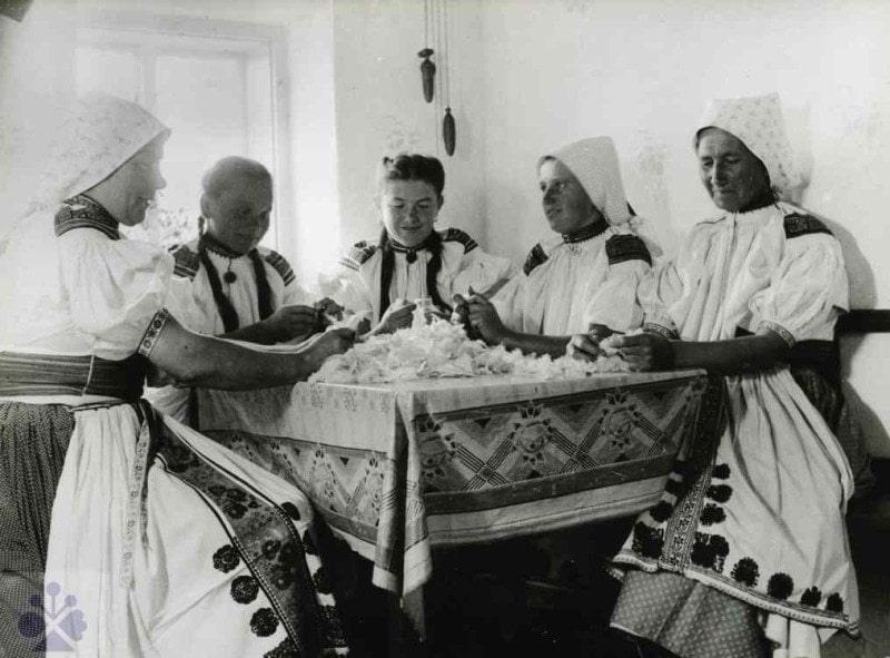 Páranie peria. Moravské Lieskové (okr. Nové Mesto nad Váhom), 1947. Trenčianske múzeum v Trenčíne. Foto: J. Halaša