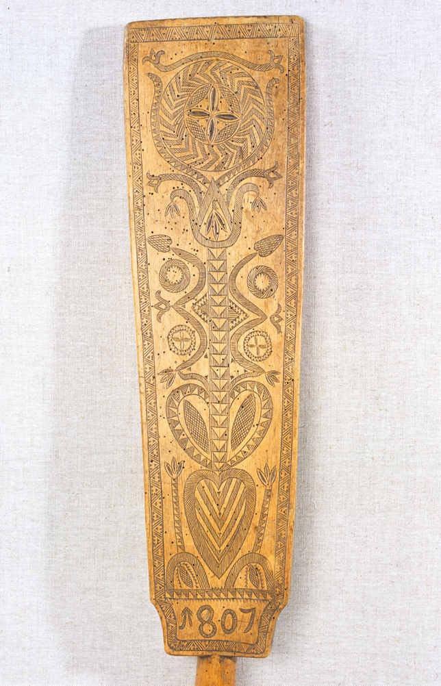 Mangľovací piest. Blatnica  (okr. Martin), 1807.  SNM Etnografické múzeum v Martine. Foto H. Bakaljarová