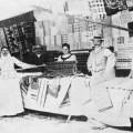 Plátennícky šiator majiteľa z Ústia (miestna časť Trstenej, okr. Tvrdošín) na jarmoku v Maďarsku v roku 1890. Za pultom predajca (gazda), manželka a pomocník (legéň), sprava mladší pomocník (psik). Prevzaté z Polonec, A.: Organizácia obchodného života hornooravských plátenníkov. In: Slovenský národopis, roč. 3, 1955, 73.