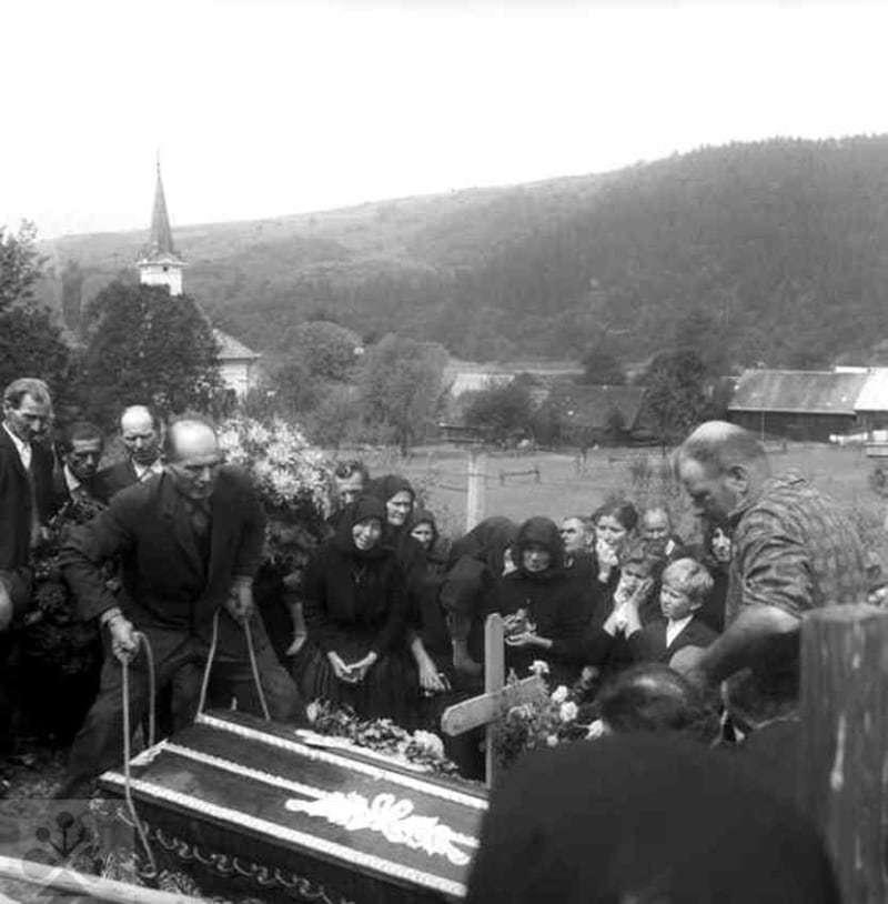 Spúšťanie rakvy do hrobu. Legnava (okr. Stará Ľubovňa), 1974. Archív negatívov Ústavu etnológie SAV v Bratislave. Foto: M. Felixová
