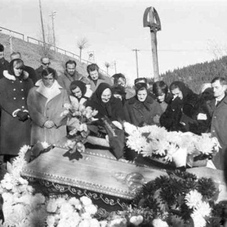 Pohreb. Vyšná Boca (okr. Liptovský Mikuláš), 1972. Archív negatívov Ústavu etnológie SAV v Bratislave. Foto: J. Botík