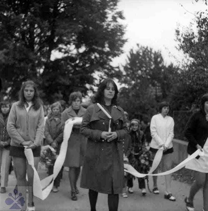 Dievča nesúce pri pohrebe mládenca v čele pohrebného sprievodu zlomenú sviečku