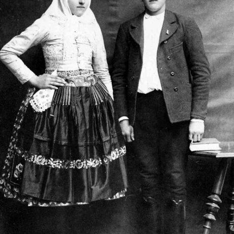 Manželský pár v polokroji, Mokrý Háj, okr. Skalica, 30. roky 20. storočia. Repr. H. Bakaljarová, Archív negatívov Ústavu etnológie SAV v Bratislave