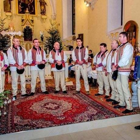 Členovia Folklórnej skupiny Brezinky z Polomky spievajú v kostole. Foto: Zuzana Pompurová, 2013