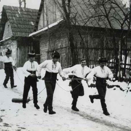 Zvykom, ktorým fašiangy presahovali do obdobia pôstu, bolo chodenie s klátom na Popolcovú stredu. Je to pravdepodobne pozostatok zvyku súvisiaceho s vysmievaním nevydatých dievčat, ktorým dávali na krk alebo na nohu drevený klátik. Archív pozitívov Ústavu etnológie SAV v Bratislave. Foto: I. Grossmann