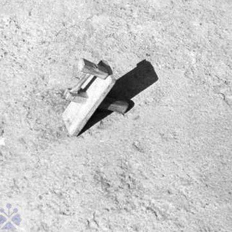 Klepáč (pôstne klepaľo), ktorým sa počas veľkonočného týždňa namiesto zvonov zvolávali ľudia do kostola na obrady. Malatiná (okr. Dolný Kubín), 1973. Archív negatívov Ústavu etnológie SAV v Bratislave. Foto: E. Siegelová
