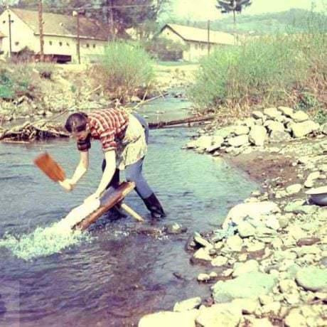 Pranie na potoku, Ladzany, okr. Krupina, 1970. Foto: J. Botík, Archív diapozitívov Ústavu etnológie SAV v Bratislave