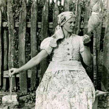 Pradenie z jednostrannej prísednej praslice. Strážske (okr. Michalovce), 1949. Súkromný archív E. Plickovej. Foto E. Plicková.