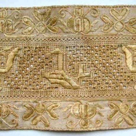Prelamovaná výšivka  zo sviatočnej zástery.  Trenčianska Teplá (okr. Trenčín)
