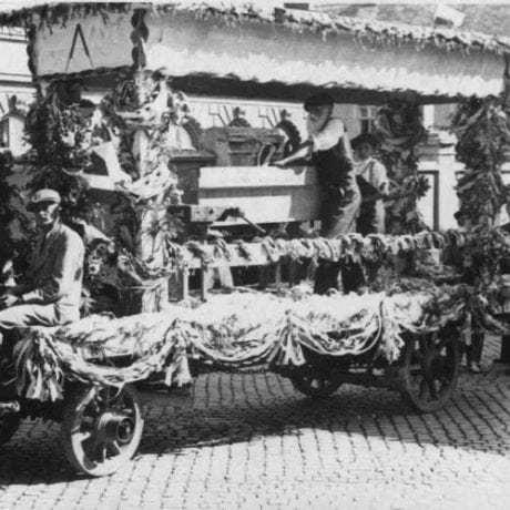 Remeselnícky alegorický voz. Bratislava, 1935. Archív Michala Kaľavského