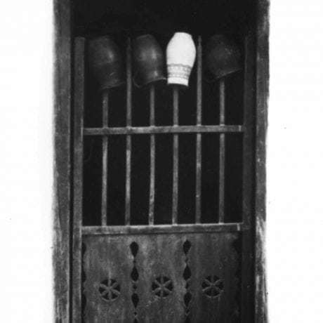 Dvere zdobené prelamovanou rezbou. Čataj (okr. Senec)