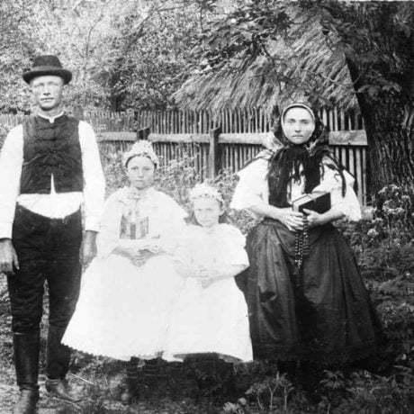 Roľnícka rodina. Budmerice, 1910. Archív negatívov Ústavu etnológie SAV Bratislava