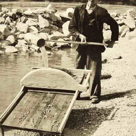Premývanie piesku na stole na ryžovanie zlata. Breh Dunaja pri obci Sap (okr. Dunakjsá Streda), okolo 1965. Žitnoostrovné múzeum v Dunajskej Strede. Foto F. Sidó.