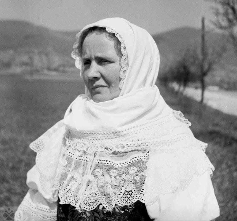 Veľká šatka na hlavu, Dolné Orešany, okr. Trnava, 1956. Foto: V. Törey, Archív negatívo Ústavu etnológie SAV v Bratislave