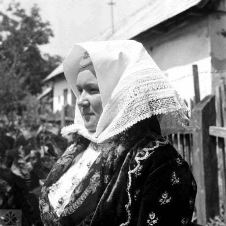 Malá šatka na hlavu, Stredné Plachtince, okr. Veľký Krtíš, 1968. Foto: T. Ševčíková, Archív negatívov Ústavu etnológie SAV v Bratislave