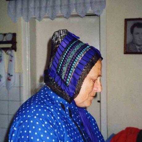 Žena v sieťovanom čepci. Štrba (okr. Poprad)