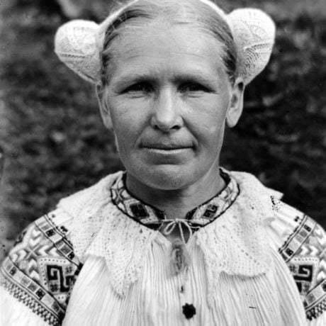 Žena v sieťovanom čepci. Čičmany (okr. Žilina)