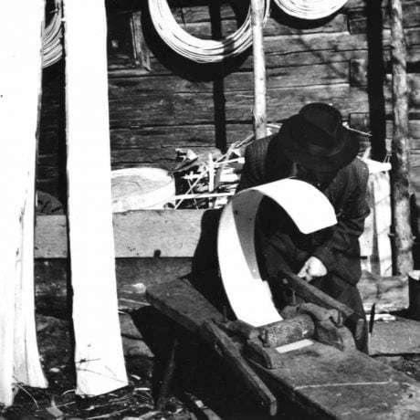 Ohýbanie lubu, z ktorého sa zhotovila riečica, na foľovníku. Kysucký Lieskovec (okres Kysucké Nové Mesto), 1957. SMN – Etnografické múzeim v Martine. Foto J. Hyčko.