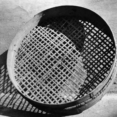 Riečica, nazývaná rajka, na preosievanie a čistenie obilnín a strukovín. Pernek (okr. Malacky), 1974. Archív negatívov Ústavu etnológie SAV v Bratislave. Foto P. Slavkovský.