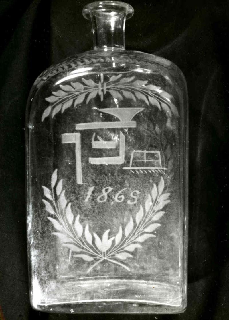 Sklenená fľaša s datovaním 1869. Hriňová (okr. Detva). Archív pozitívov Ústavu etnológie SAV. Foto: autor neznámy