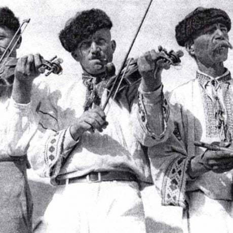 Sláčiková trojka z Čičmian. Foto prvá pol. 20. stor., reprodukcia.