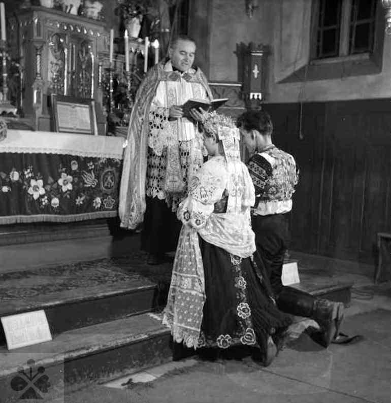 Cirkevný sobáš v katolíckom kostole. Dolné Orešany (okr. Trnava), 1956. Archív negatívov Ústavu etnológie SAV v Bratislave. Foto: V. Törey