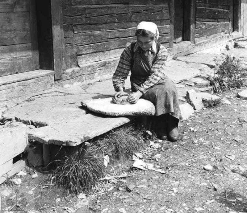 Drvenie soli kameňom. Terchová (okr. Žilina), 1957. Archív negatívov Ústavu etnológie SAV v Bratislave. Foto: J. Podolák.