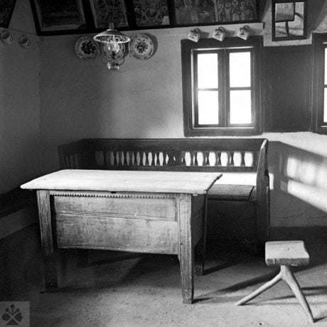 Stôl s truhlovým podstolím, Hrabová Roztoka, okr. Humenné, 1986. Foto: Hela Bakaljarová. Archív negatívov Ústavu etnológie SAV v Bratislave